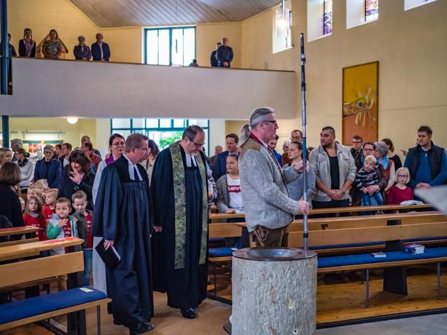 Kirchenvorstand Johannes Heubl mit dem Vortragekreuz