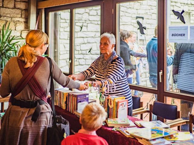 Bücherverkauf im Kaminzimmer