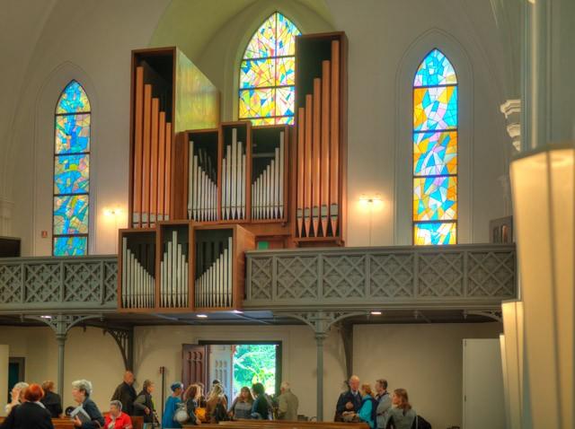 Die bunten Kirchenfenster warfen ein sehr interessantes Licht auf die Gottesdienstbesucher