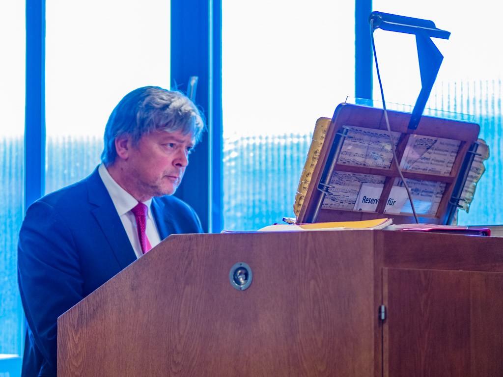 Kirchenmusikdirektor Meiser eröffnet das Konzert mit Bachs G-Dur Präludium BMV 541