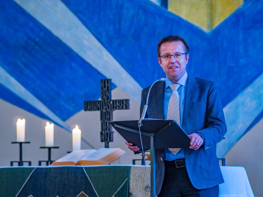 Pfarrer Bogenreuther begrüßt die Konzertbesucher