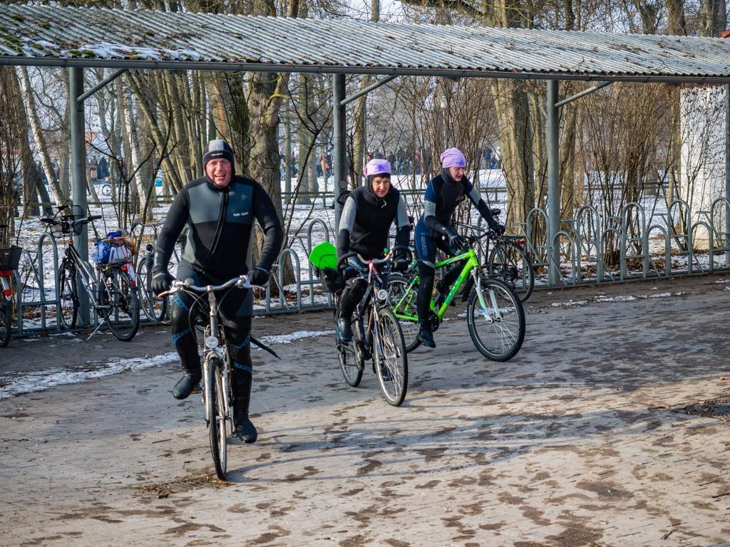Nach dem Donauschwimmen mit dem Fahrrad ins Warme