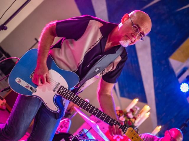 Milos: Lead Guitar und Gesang