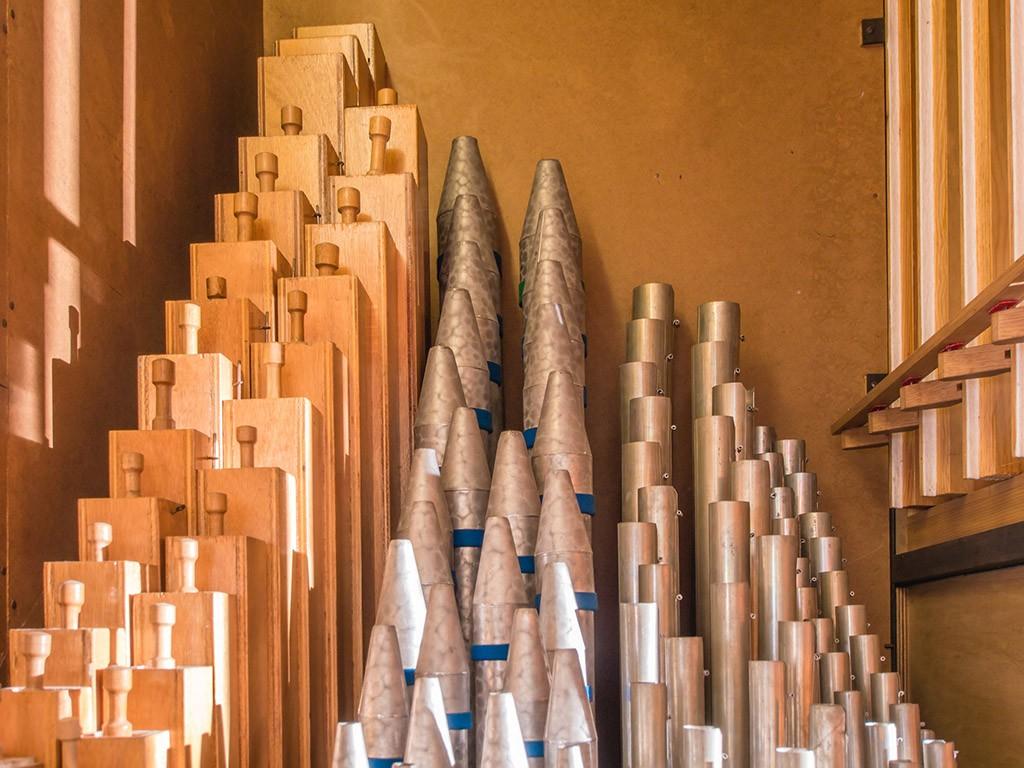 Unterschiedliche Orgelpfeifentypen im Inneren der Orgel