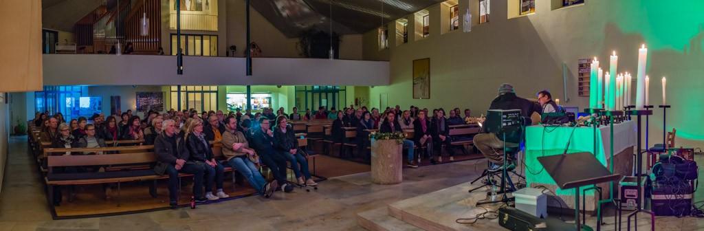 In der gut besuchten Kirche ...