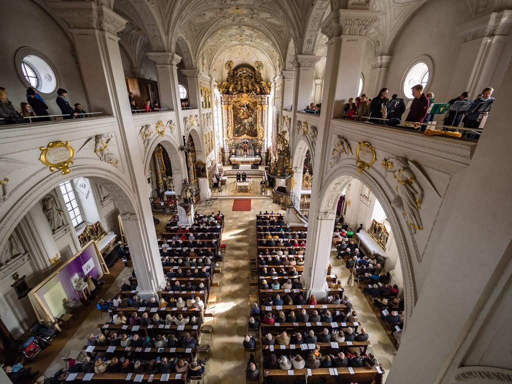 Blick von der Orgel auf die Gottesdienstbesucher