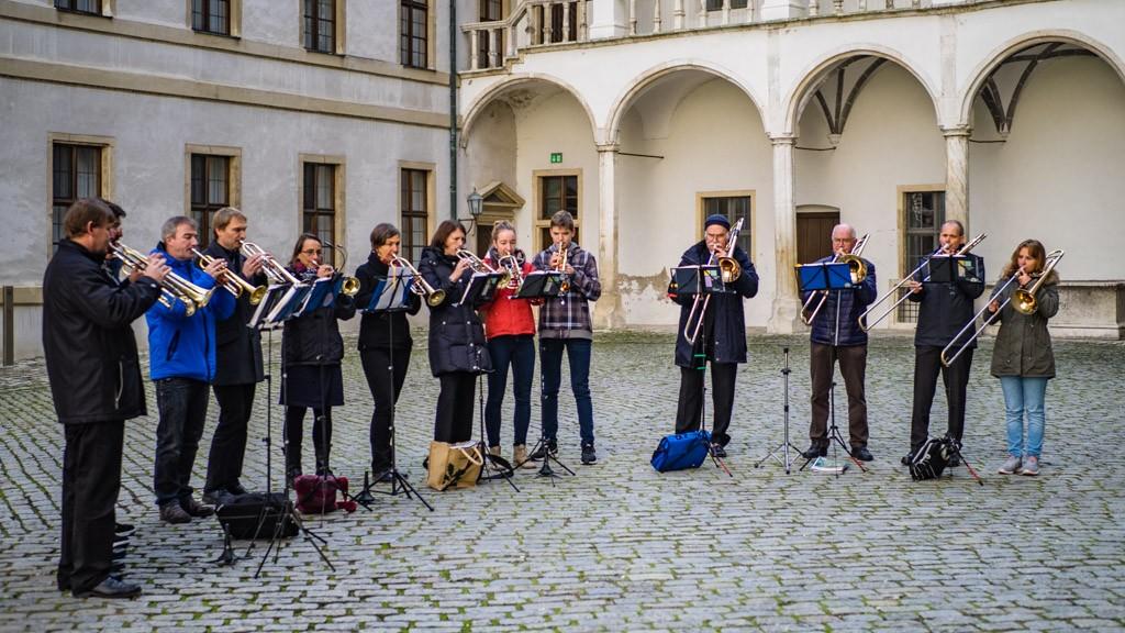 Der Posaunechor der Apostelkirche im Schlosshof