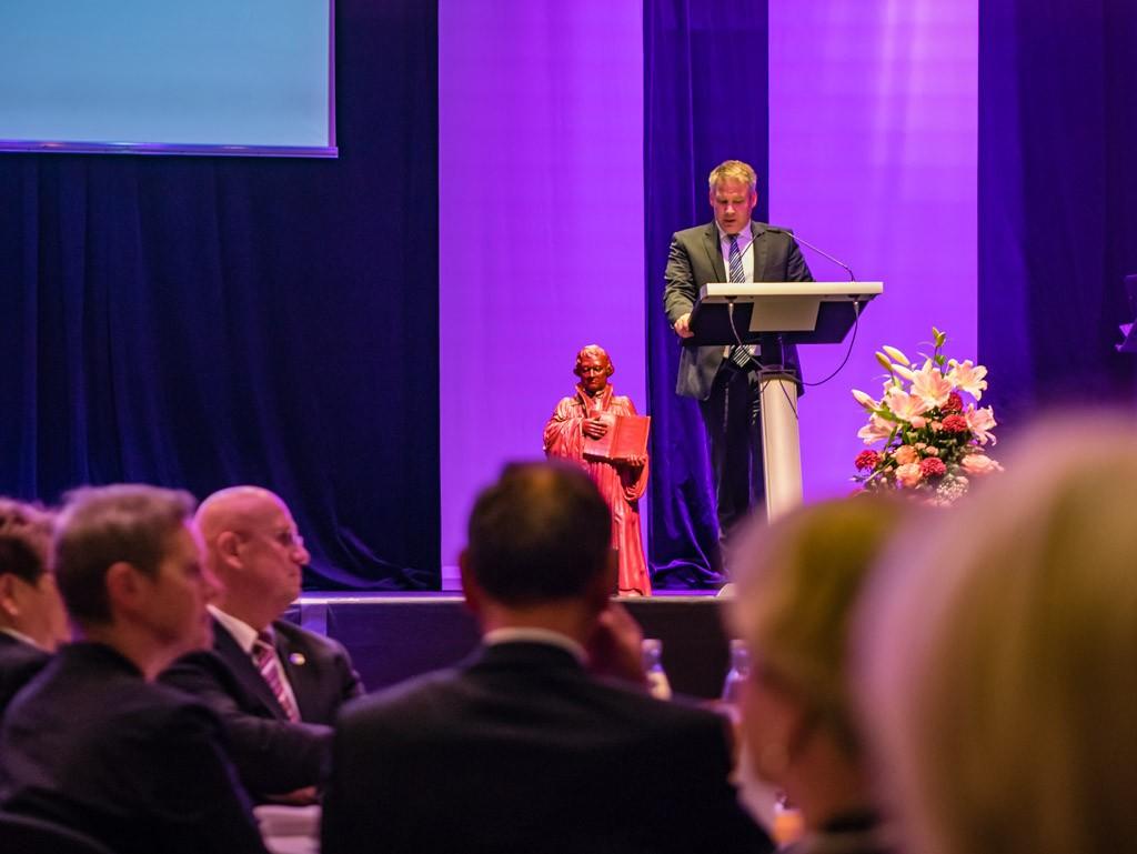Oberbürgermeister Dr. Christian Lösel spricht das Grußwort